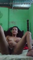 Puta caliente masturbandose en casa de su amiga