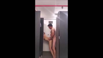 Pareja de esposo cogiendo en baño publico