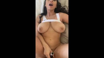 Tetona masturbandose y cogiendo con su novio